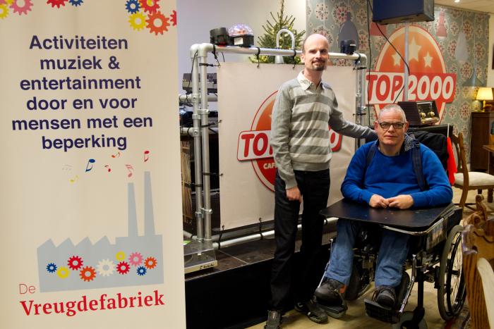 Deejays Jan en Berrie stelen de show in het TOP 2000 café Maas en Waal