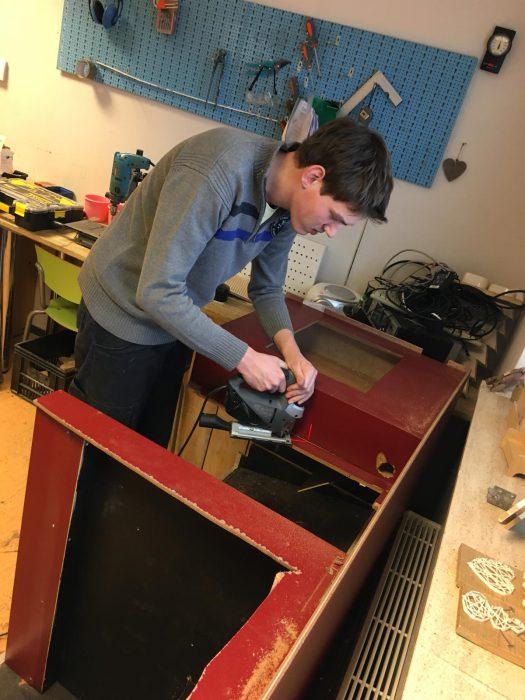 Client Paul helpt de Vreugdefabriek met het recyclen van flightcases